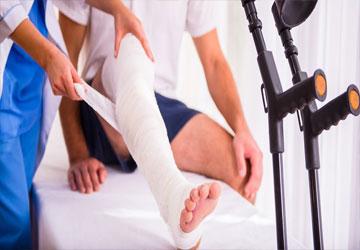injury-man-in-doctor-WRGSZ7C